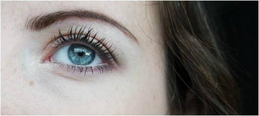 02 op bew. ooglid, 03 op de waterlijn, binnenste ooghoeken en onder de wenkbrauwen